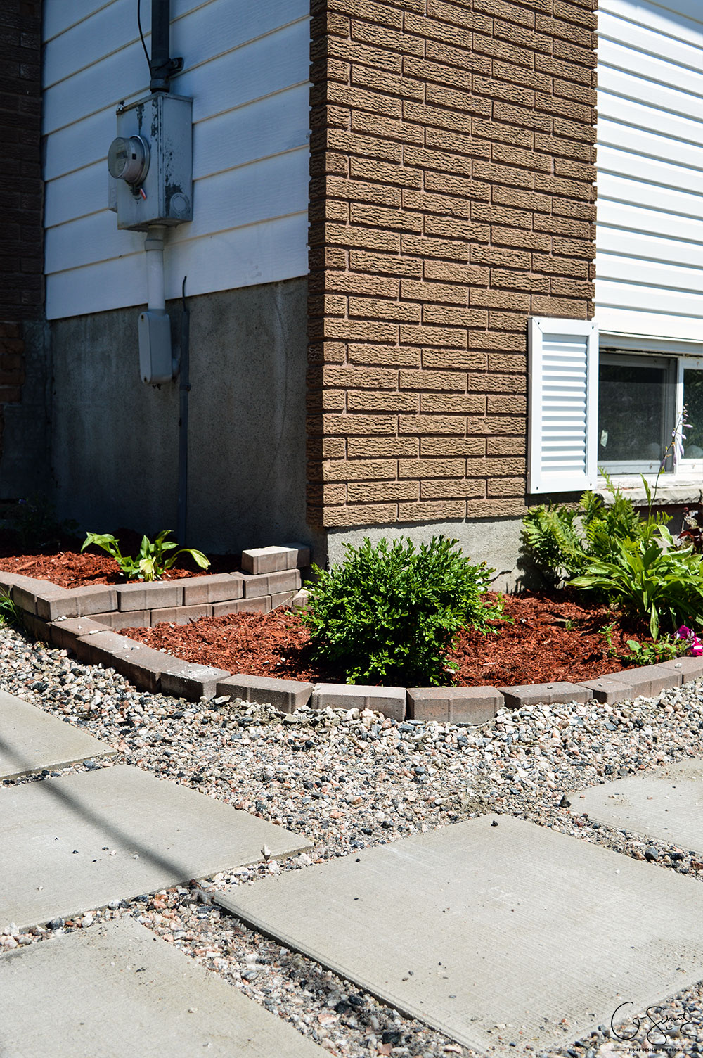 Today I'm going to show the (almost) completed sideyard landscaping, and I'm really happy that we can scratch this project off our outdoor to-do list!